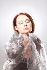 Frau mit geschlossenen und markant geschminkten Augen