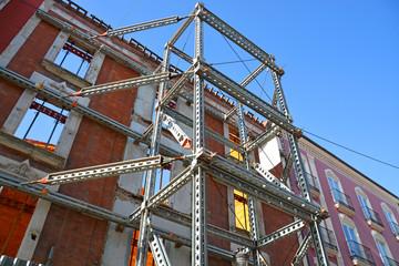 andamios en fachada de edificio en ruinas