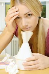 Frau beim Inhalieren ist erkältet