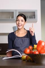 Frau mit Kochbuch hat eine Idee