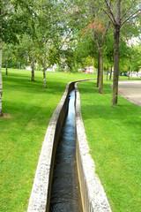 canal de riego en el campo
