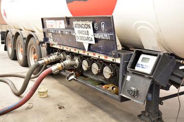 descarga de un deposito de gasolina