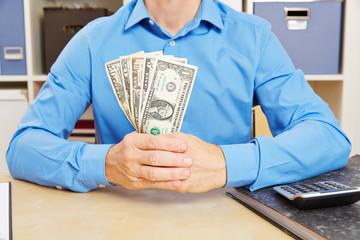 Hände halten viele Dollar