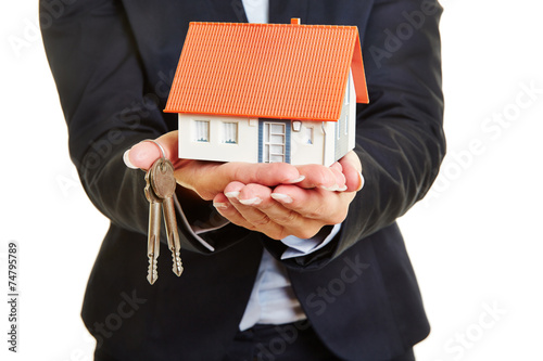 canvas print picture Hände vom Makler halten Haus und Schlüssel