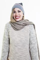 Chica sonriente vestida de invierno
