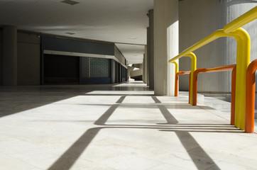 Centro commerciale desolato