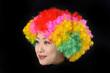 カラフルなアフロヘアーの女性の顔