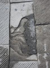 Lastra di pietra danneggiata, rotta, lastricato pavè