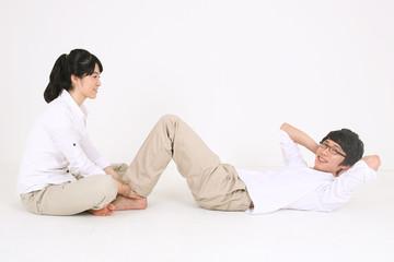 흰 셔츠를 입고 운동하는 커플