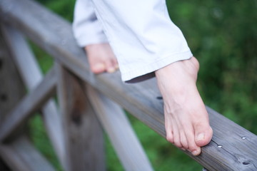 다리난간 위를 맨발로 걷는 남자