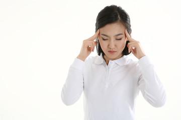 흰 배경 스튜디오에서 제스처를 취하는 삼십 대 동양여성