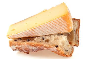 Morceau de reblochon sur un morceau de pain