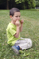 Child eating green peas