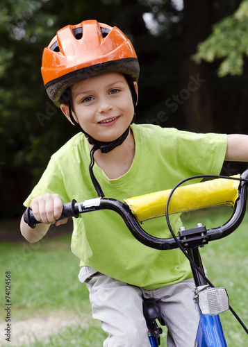 Fotobehang Wielersport Child cyclict cycling