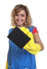 Putzfrau mit blonden Haaren und Schwamm