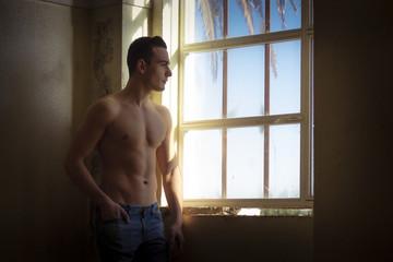 Chico guapo posando en la ventana