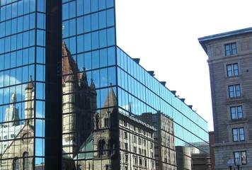 Spiegelbild mit Türmen auf einer Glasfassade
