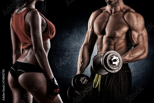 Leinwanddruck Bild Closeup of a muscular young man lifting weights