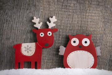 Rentier und Eule im Schnee