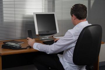 Homme au bureau de dos