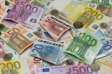 verschiedene Euro Geldscheine mit Münzen