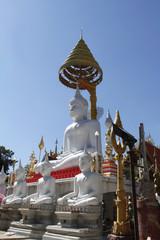 weisse buddhastatue in Asien