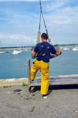 mannutentionnaire sur un port de pêche