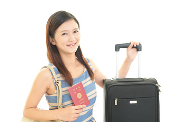パスポートを持つ笑顔の女性