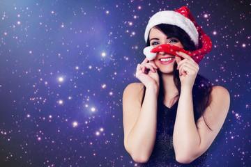 Frau hat Spaß mit Weihnachtsmütze