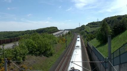 Fernverkehr Autobahn und Bahn