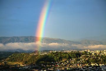 河岸段丘の街と虹