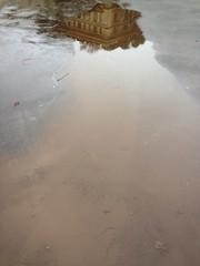 palazzo riflesso nell acqua dopo la pioggia