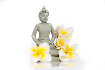 Bouddha avec fleur de frangipanier