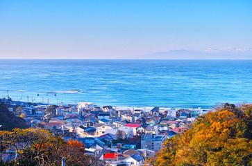 鎌倉の街並みと相模湾