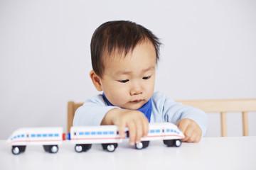 Kind spielt mit ICE-Eisenbahn 2