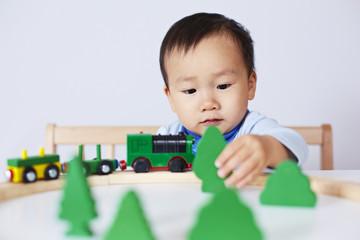 Kind spielt mit Modell-Eisenbahn 2
