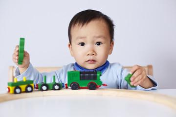 Kind spielt mit Modell-Eisenbahn 4