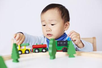 Kind spielt mit Modell-Eisenbahn 7