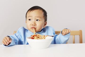Kind isst Spaghetti 03