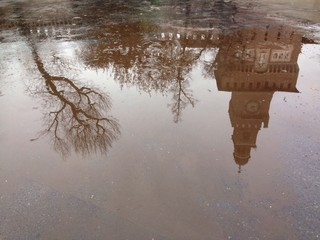 castello riflesso nell'acqua dopo un giorno di pioggia