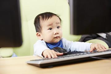 Kind sitzt am Computer 01