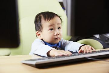 Kind sitzt am Computer 03
