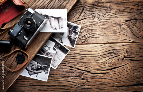 Leinwanddruck Bild Old rangefinder camera and black-and-white photos.