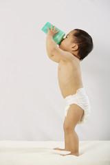 Kind trinkt aus der Flasche