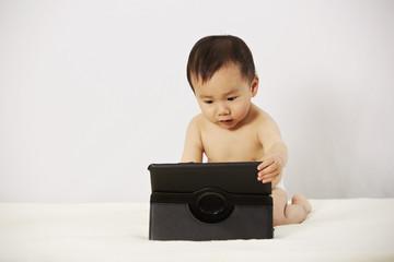Kind spielt mit Tablet 09