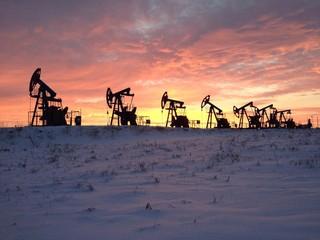 нефтяные качалки на фоне заката