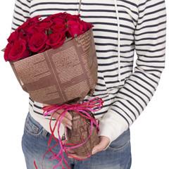 赤いバラの花束と女性