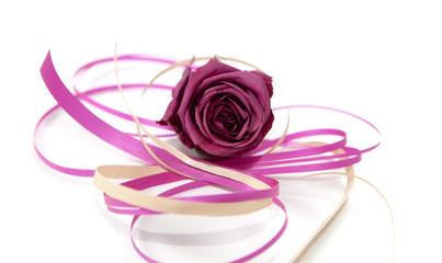 ruban de fête et fleur rose