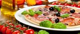 Leckere Pizza auf dem tisch  - 74894982