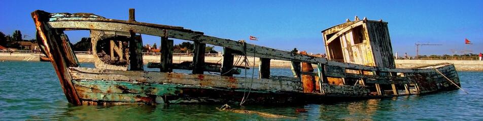 Bateau épave a pleine mer Noirmoutier